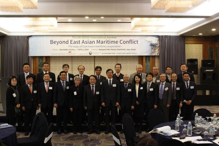 Society of Ieodo Research President Koh Choong-suk, front row sixth from left, poses for a group photo during the sixth Ieodo International Seminar on Jeju Island, Thursday. / Korea Times photo by Park Ji-won