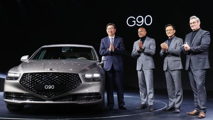 Executives of Hyundai Motor and its luxury brand Genesis applaud during an event introducing the Genesis G90 sedan at the Shilla Hotel in Seoul, Tuesday. The G90 is a facelifted version of the brand's flagship EQ900 sedan and features radical changes in design. From left are Hyundai Motor President Lee Won-hee, Genesis Global Brand Head Manfred Fitzgerald, Vice President Lee Kwang-kook and Chief Design Officer Luc Donckerwolke. / Yonhap