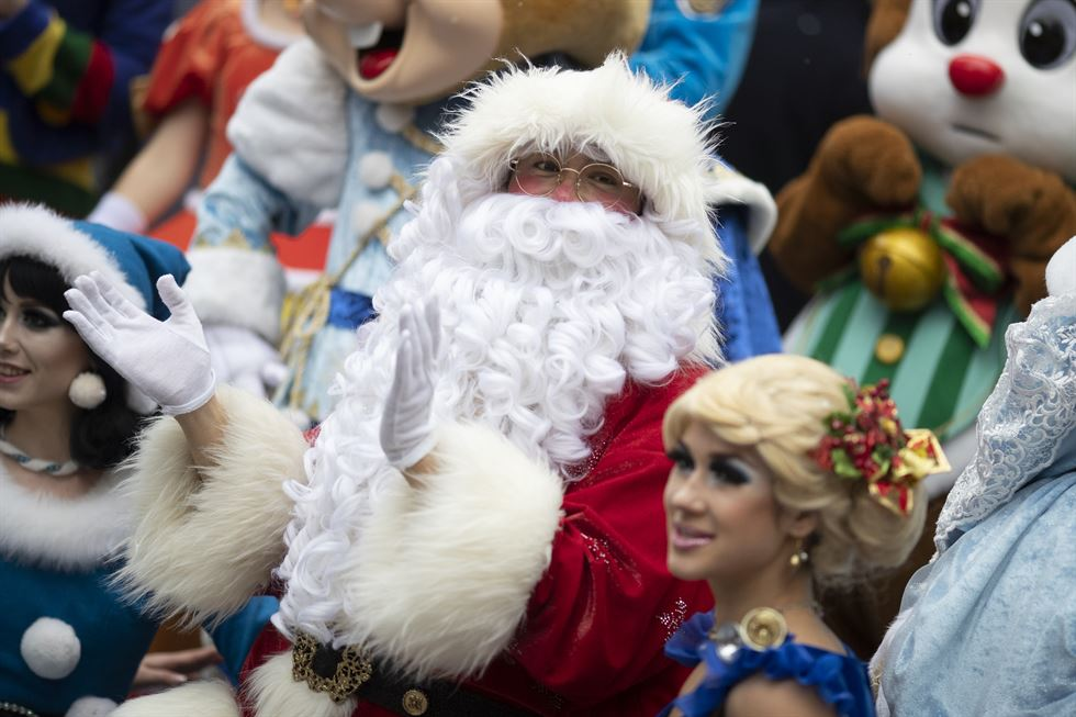 Santa Claus dances in Myeongdong, a shopping district in central Seoul, on Sunday to promote a shopping event.  Korea Times photos by Choi Won-suk