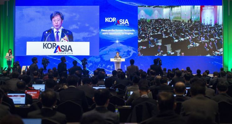 The Korea Times and Hankook Ilbo Chairman Seung Myung-ho delivers a welcome speech at 2018 KOR-ASIA Forum 2018 at Seoul Dragon City Hotel in Yongsan-gu, Seoul, Nov. 7. Korea Times photo by Shim Hyun-chul