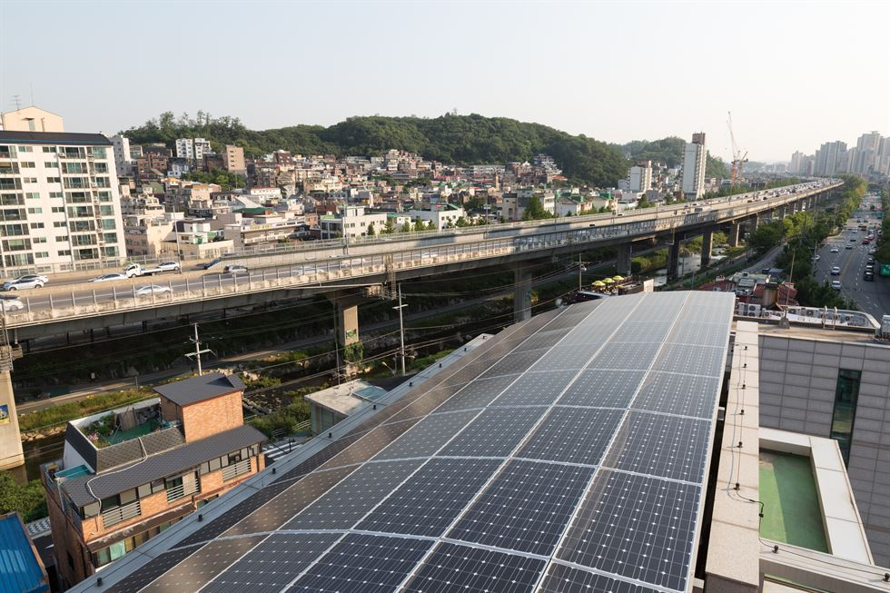 Mini solar panels are installed along a street in Munjeong-dong, Songpa-gu, southeastern Seoul. / Courtesy of Seoul Metropolitan Government