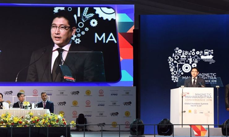 Hyosung Chairman Cho Hyun-joon, right, speaks during the opening ceremony of the 2018 Magnetic Maharashtra Convergence investors' summit at Bandra Kurla Complex in Mumbai, India, on Feb. 18. / Courtesy of Hyosung