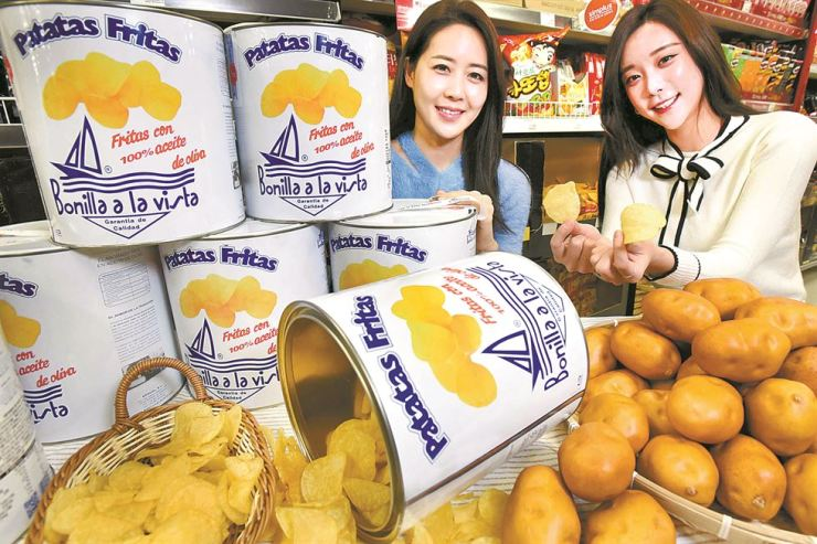 Models pose with Bonilla a la Vista potato chips at a Homeplus discount store in Deungchon-dong branch in Seoul, Nov. 5. / Courtesy of Homeplus
