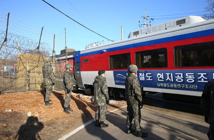 A train carrying a team of South Korean officials that will inspect railway sections in the North with their North Korean counterparts passes a section of the Gyeongui Line at the demilitarized zone in Paju, Gyeonggi Province, Friday. / Joint Press Corps