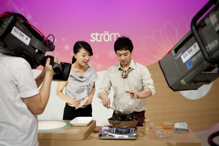 A show host and her guest, a professional cook, advertise a frying pan on home shopping channel GS Shop. Provided to Hankook Ilbo