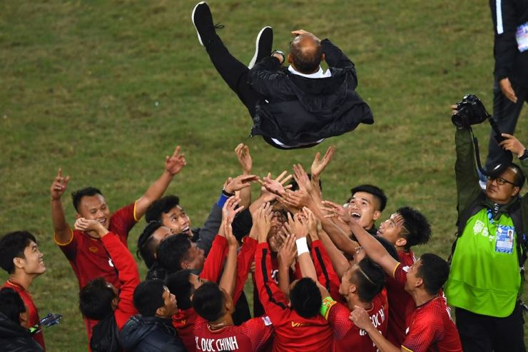 Vietnam's players celebrate with coach Park Hang-seo after winning the AFF Suzuki Cup 2018 championship following the AFF Suzuki Cup 2018 final football match between Vietnam and Malaysia at the My Dinh Stadium in Hanoi on Saturday. AFP-Yonhap