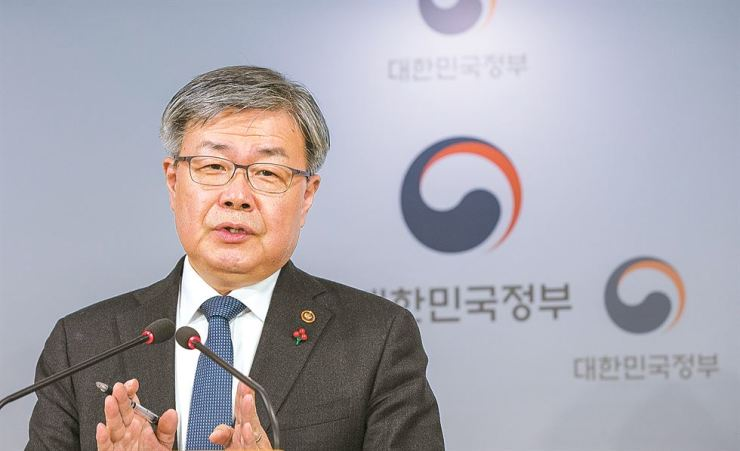 Labor Minister Lee Jae-kap speaks about the changes in minimum wage calculation during a press briefing at the Seoul Government Complex, Monday. / Korea Times photo by Shim Hyun-chul