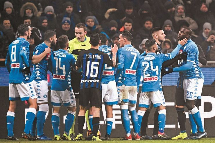 Napoli's Italian forward Lorenzo Insigne, second from right, holds off Napoli's Senegalese defender Kalidou Koulibaly, right, as referee Paolo Mazzoleni, fourth from left, argues with Napoli's Belgian forward Dries Mertens after Koulibaly received a red card during the Italian Serie A football match Inter Milan vs. Napoli at the San Siro stadium in Milan, Wednesday. AFP-Yonhap