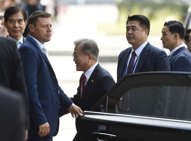 South Korean President Moon Jae-in, center, arrives for the opening of the Group of 20 summit at the Costa Salguero Center in Buenos Aires, Argentina, early Saturday (KST), Dec. 1. AP-Yonhap