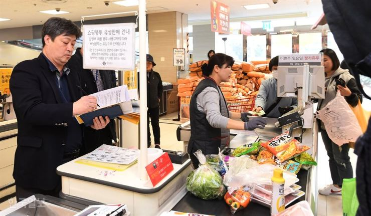 Single-use plastic bags will be banned at more than 2,000 discount store chain outlets and 11,000 supermarkets from Jan.1, 2019. / Korea Times file