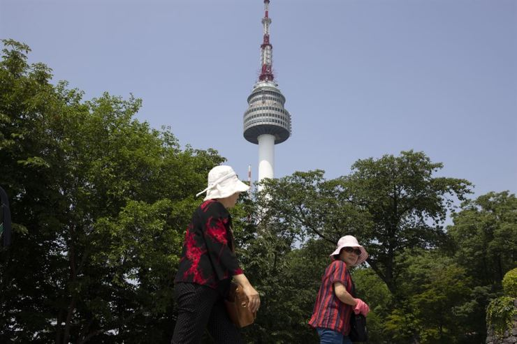 Chinese tourists climb to N Seoul Tower in this June photo. / Korea Times file