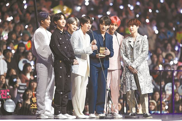 BTS accepts the Worldwide Icon of the Year award during the 2018 Mnet Asian Music Awards (MAMA) in Saitama, Japan, Wednesday. / Courtesy of CJ ENM