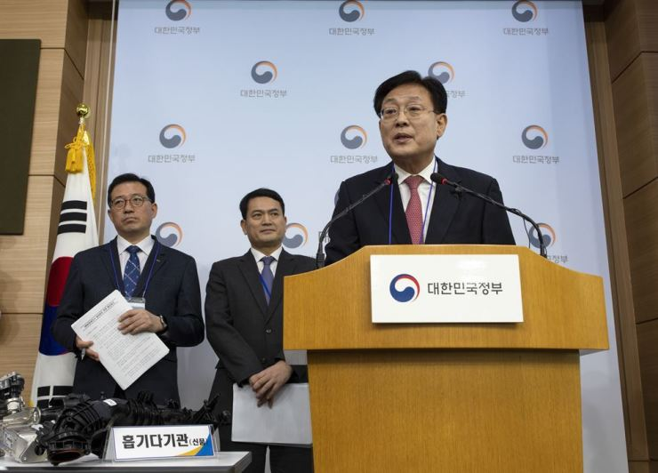 Park Sim-soo, right, a professor of automotive engineering at Korea University who led the investigation into fires involving BMW vehicles, announces the result of the investigation at the Government Complex Seoul, Monday. / Korea Times photo by Shim Hyun-chul