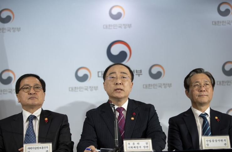 Finance Minister Hong Nam-ki, center, announces projects to revive private investment at a press conference in Seoul, Monday. Korea Times photo by Shim Hyun-chul