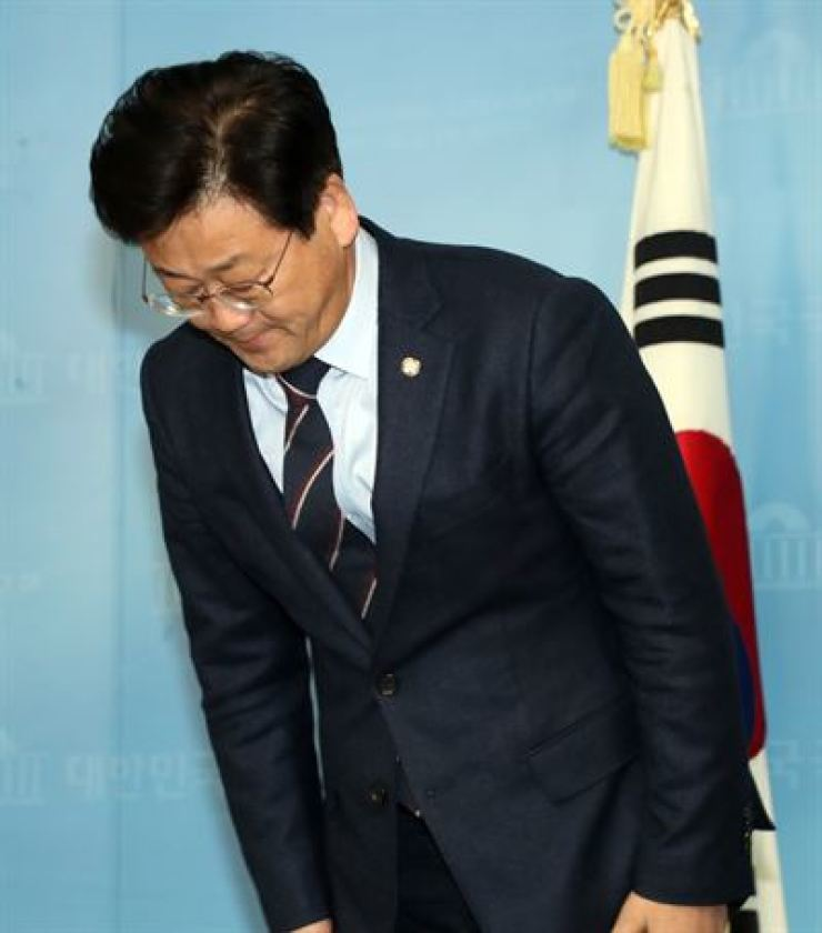 Rep. Kim Jung-ho of the ruling Democratic Party of Korea apologizes, Tuesday, for his alleged abuse of power involving a security agent at Gimpo International Airport. / Yonhap