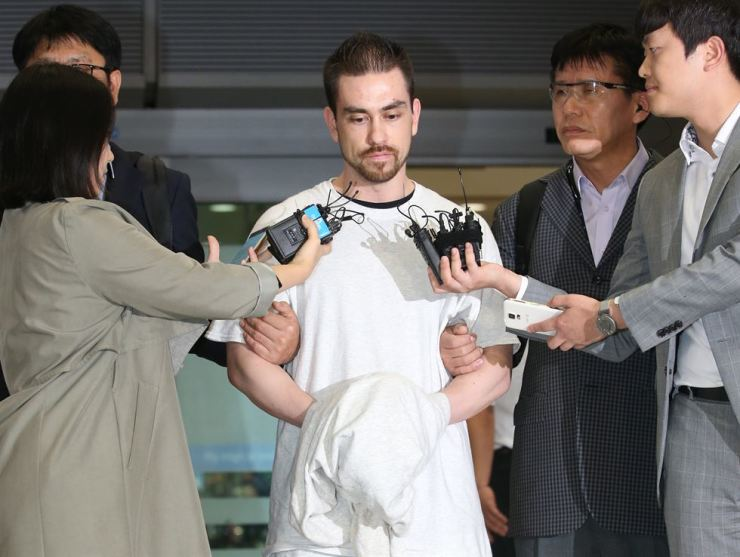 Arthur Patterson walks out of Incheon International Airport on Sept. 23, 2015, after being extradited to Korea on charges of killing a university student in Seoul back in 1997 in the infamous 'Itaewon murder' case. / Yonhap