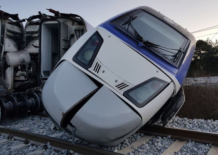 A derailed KTX train lies across the tracks in Gangneung, Gangwon Province, Saturday. Fifteen of the 198 passengers onboard suffered minor injuries. / Yonhap