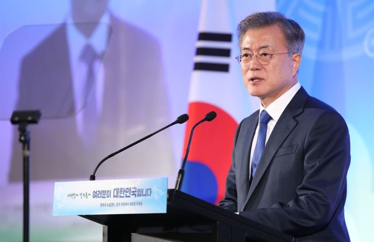 President Moon Jae-in delivers his opening speech at the start of a dinner meeting with South Korean residents living New Zealand, at the Auckland Cordis Hotel Monday night. Yonhap