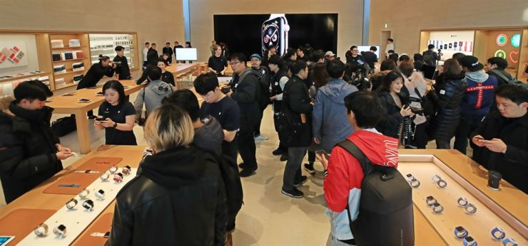 People browse Apple's latest products in the Apple retail store at a popular shopping street in Sinsa-dong, Nov. 2, when the iPhone XS was officially released here. / Yonhap