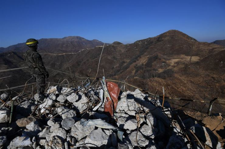 A South Korean soldier stands near a destroyed guard post in Cheorwon, Gangwon Province in this Dec. 12, file photo. Two Koreas inspected 22 dismantled guard posts in each other's territories recently according to the inter-Korean agreement of the Comprehensive Military Agreement made in September. / Korea Times file