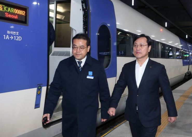 Korea Railroad CEO Oh Young-sik, right, heads to ride a KTX bullet train at Gangneung Station in Gangwon Province, Dec. 10, when the transportation service resumed in three days after a KTX bound from Gangneung to Seoul derailed, injuring a dozen passengers. Yonhap