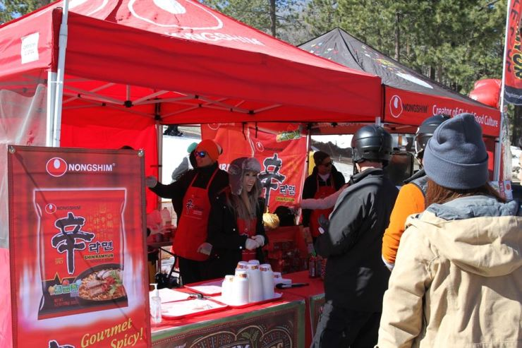 Skiers line up to try Nongshim Shin Ramyun at Mount High Resort in California in this file photo. / Courtesy of Nongshim