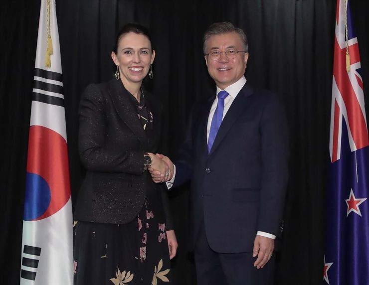 President Moon Jae-in, right, shakes hands with New Zealand Prime Minister Jacinda Ardern before their bilateral summit held at the Auckland Cordis Hotel in Auckland, New Zealand, Tuesday (KST). Yonhap