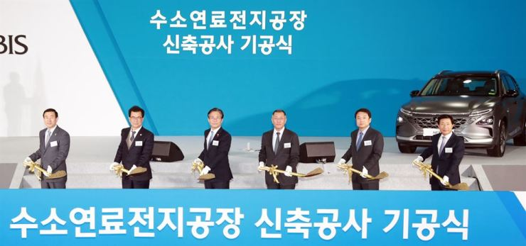 Hyundai Motor Group Executive Vice Chairman Chung Eui-sun, third from right, shovels during ㅁ groundbreaking ceremony for the company's second fuel cell plant at the Hyundai Mobis factory complex in Chungju, North Chungcheong Province, Tuesday. / Yonhap