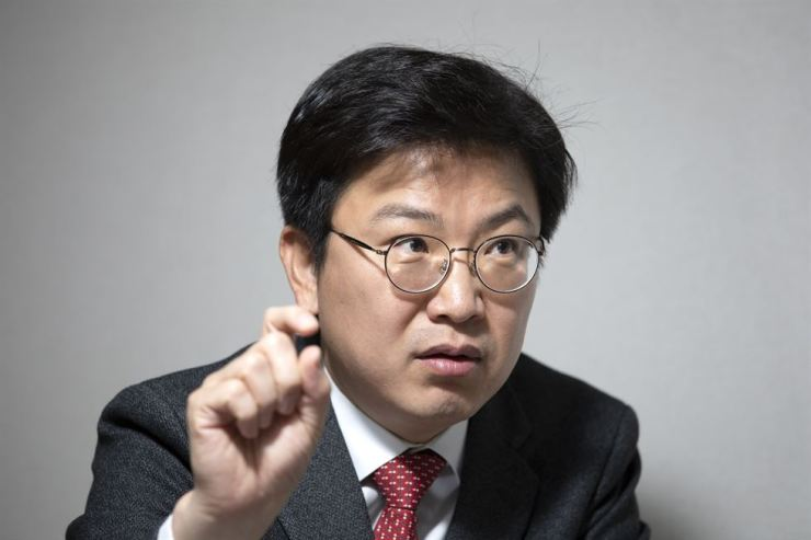 Chung-Ang University Prof. James D. Jung speaks during a recent interview with The Korea Times about ways to incentivize corporations and banks to get more involved in tackling important social issues. Korea Times photo by Choi Won-suk