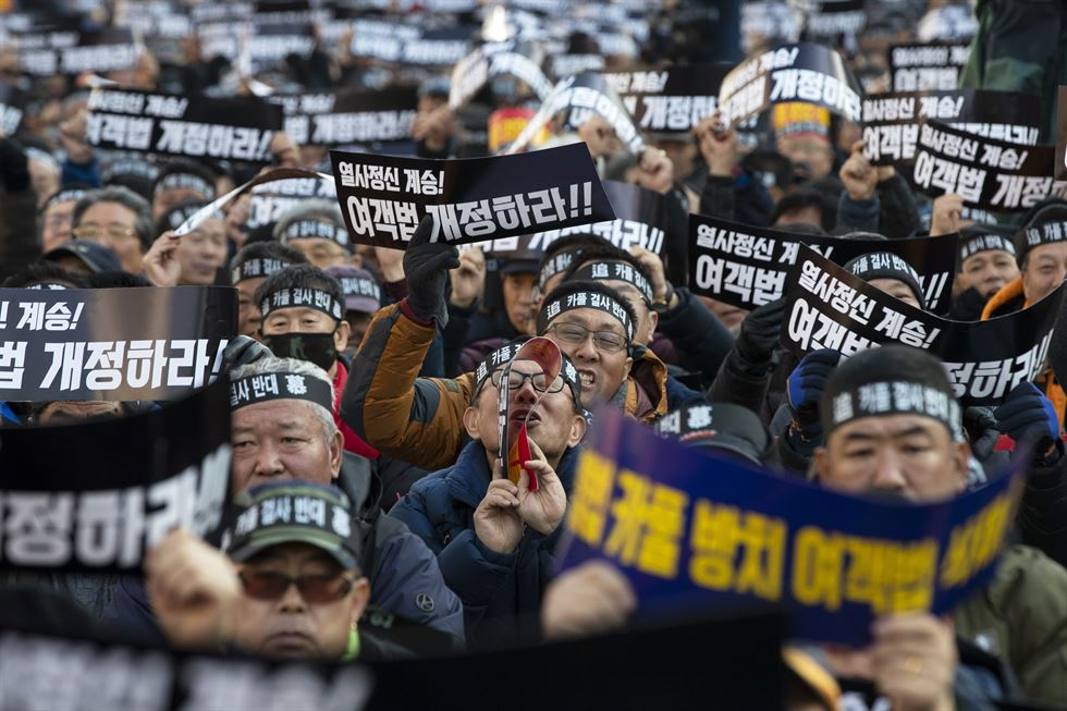 Taxi drivers and others involved in the Korean public transportation industry gather in front of the National Assembly in Yeouido, Seoul, Thursday, to protest against Kakao T Carpool, a new ride-sharing service app launched by Kakao. Korea Times photos by Shim Hyun-chul