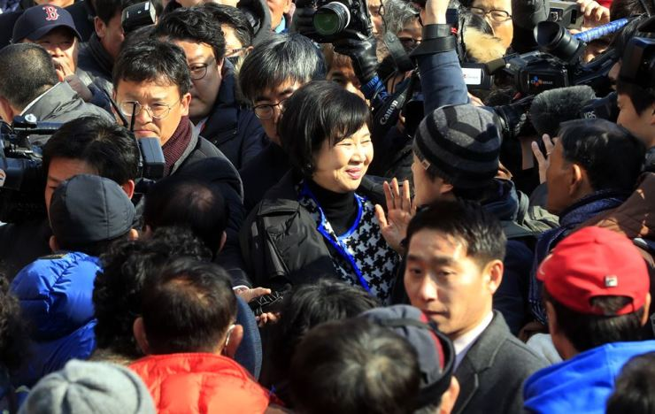 Rep. Sohn Hye-won, center, waves to her supporters before holding a press conference in Mokpo, South Jeolla Province, Wednesday. / Yonhap