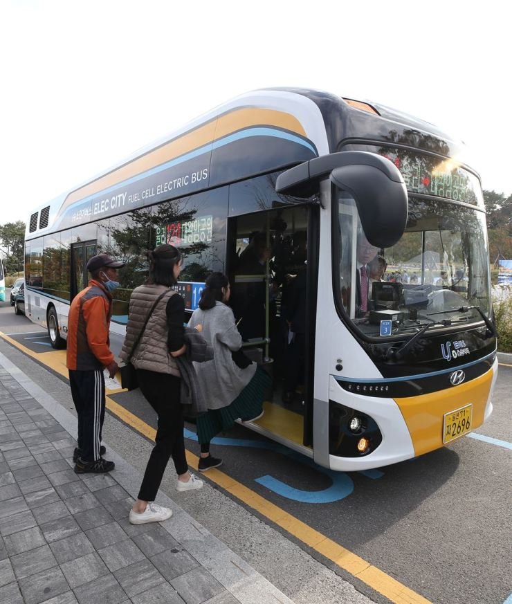 People board a hydrogen-electric bus in Dong-gu, Ulsan, South Gyeongsang Province, in this October 2018 photo. Yonhap file