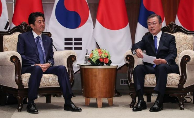 President Moon Jae-in speaks with Japanese Prime Minister Shinzo Abe at a hotel in New York on September 25. Yonhap
