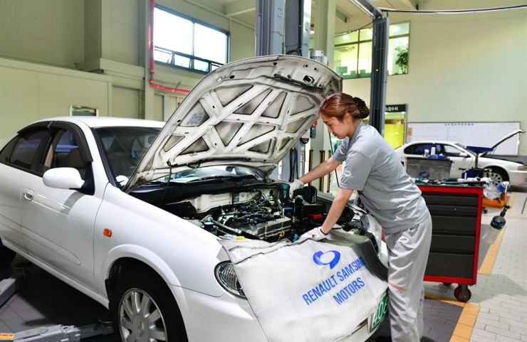 An engineer at the service center of Renault Samsung Motors repairs a car. / Courtesy of Renault Samsung Motors