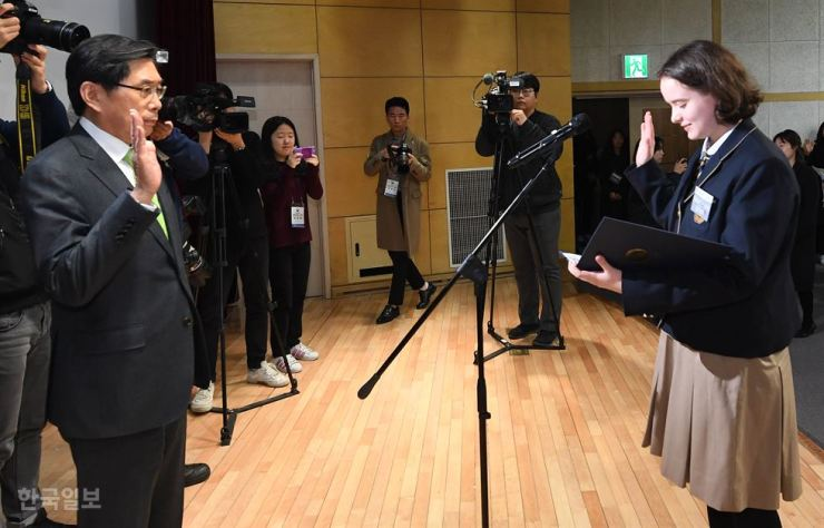 A student takes an oath before Justice Minister Park Sang-ki during the naturalization ceremony at National Hangeul Museum, Monday. Korea Times