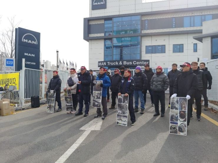 Owners of MAN Truck hold a protest at MAN Truck & Bus Korea headquarters in Yongin, Gyeonggi Province, Wednesday. / Courtesy of Kim Young-booo