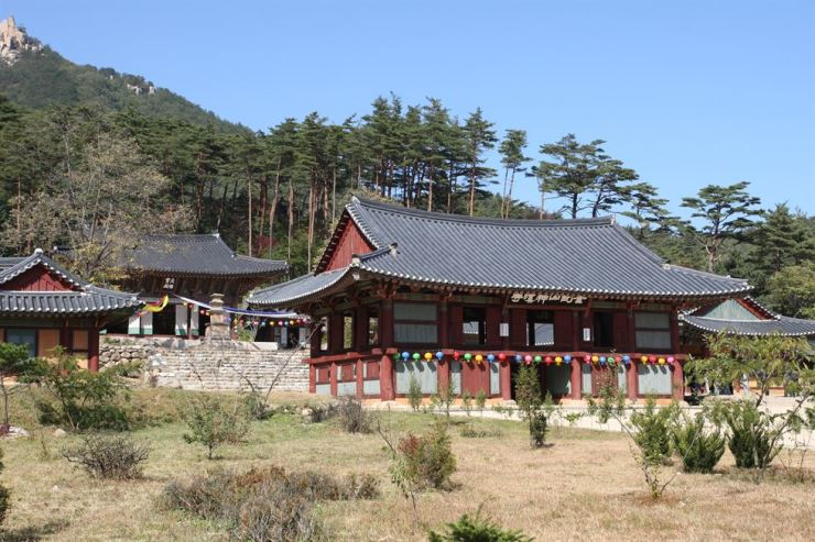 The Jogye Order is planning to arrange a temple stay in the Singye temple. Singye temple, located in Onjong-ri in Kosong County, Gangwon Province, North Korea, is one of the four major temples of Mt. Geumgang. The building was entirely destroyed by U.S. bombings during the Korean War and rebuilt in cooperation with the South Korean Buddhist community in 2007.  Korea Times file