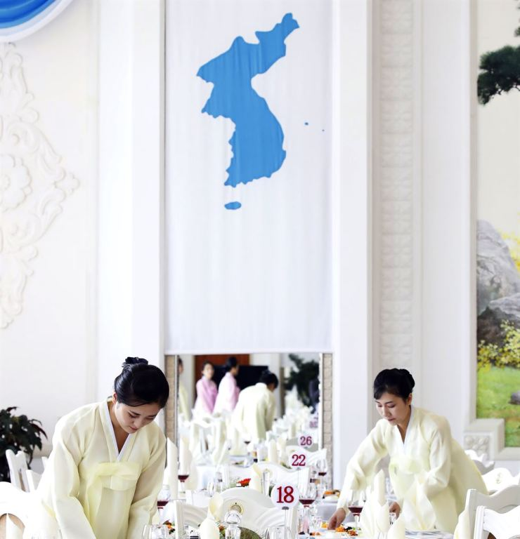 The Unification Flag on the wall of the famous Okryugwan restaurant in Pyongyang. Korea Times file