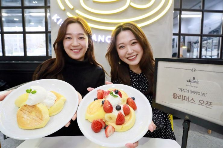 Models promote souffle pancakes by FLIPPER'S, a Japan's pancake restaurant, at the Galleria Department Store's branch in Apgujeong-dong, southern Seoul, Sunday. The Tokyo-based pancake restaurant, which specializes in what they call the Kiseki, or miracle pancake, opened its first Korean outlet at the luxury hall of the department store. / Courtesy of Galleria Department Store