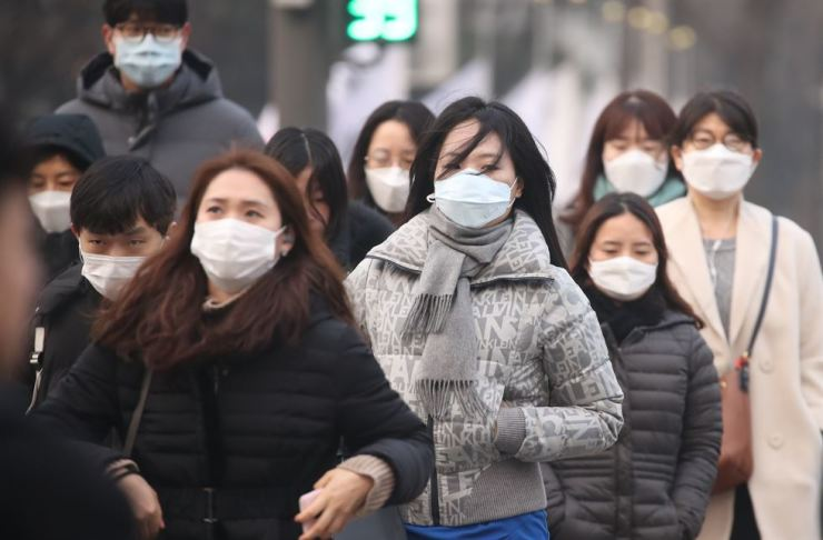 People wearing masks in central Seoul's Gwanghwamun area in the morning of Jan. 14, when the fine dust level was 'very bad.' Yonhap