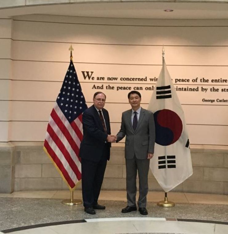 A photograph provided by the South Korean Ministry of Foreign Affairs show Chang Won-sam, South Korean envoy to the ROK-U.S. cost-sharing talks, right, shakes hands with his U.S. counterpart Timothy Betts before the seventh meeting held at the National Defense University in Washington, D.C., last Sept. 19. Korea Times file
