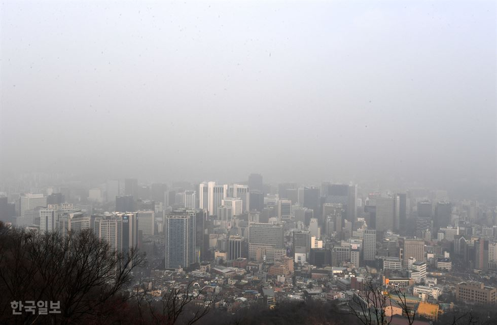 People look down on Seoul's fine dust-covered cityscape from Mt. Nam, Tuesday. Seoul's airborne fine dust level has hovered at 'very bad' for five consecutive days. Korea Times photo by Hong In-gi