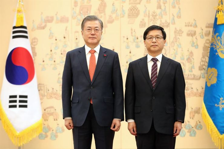 President Moon Jae-in poses with Cho Hae-ju, newly appointed commissioner of the National Election Commission, at Cheong Wa Dae, Thursday. Moon appointed Cho to the minister-level post without requesting a National Assembly hearing. The main opposition Liberty Korea Party, which has opposed Cho citing his ideological bias, vowed to boycott National Assembly sessions in February. / Yonhap