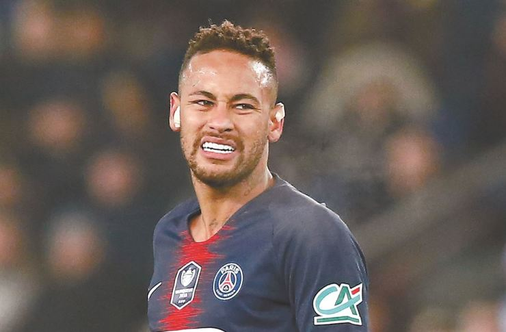 PSG's Neymar reacts after he missed a goal opportunity during the French Cup soccer match between Paris Saint Germain and Strasbourg at the Parc des Princes stadium in Paris, Wednesday. AP-Yonhap