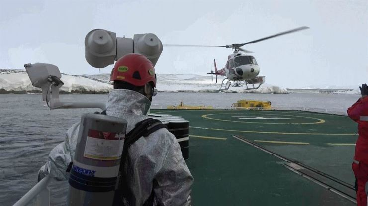 A crew member of Araon watches a Korean helicopter above the Korean icebreaker ship during a rescue mission for 24 Chinese researchers isolated in Inexpressible Island in the Antarctic region on Wednesday. Yonhap