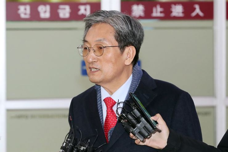 New Presidential Chief of Staff Noh Young-min answers questions upon his arrival at Gimpo International Airport from China, Tuesday morning. Yonhap