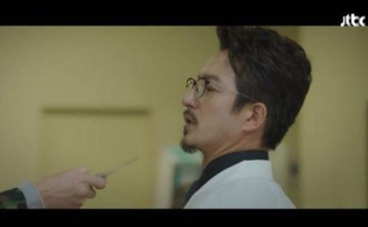 The controversial scene from JTBC drama 'SKY Castle,' which features a doctor being threatened by a patient. Capture from JTBC