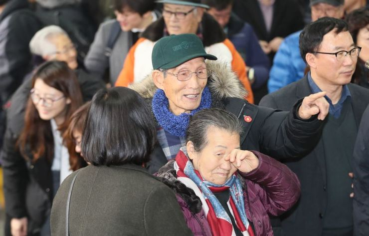 Surviving plaintiffs of the Jeju Uprising and Massacre gather in front of Jeju District Court, Thursday, after winning a retrial and finally clearing their names of criminal charges brought against them for 'communist insurgency' activities.  Yonhap