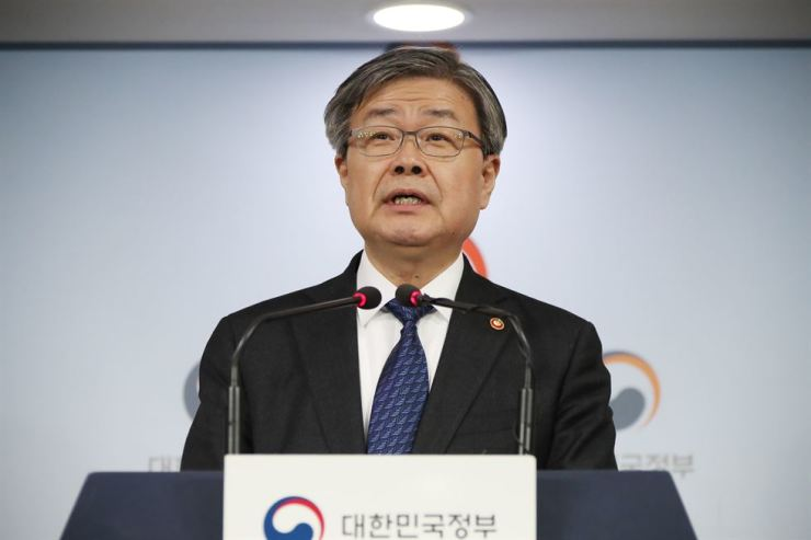 Employment and Labor Minister Lee Jae-kap announces a draft to change the decision-making process for minimum wage increases, at the Government Complex Seoul, Monday. / Yonhap