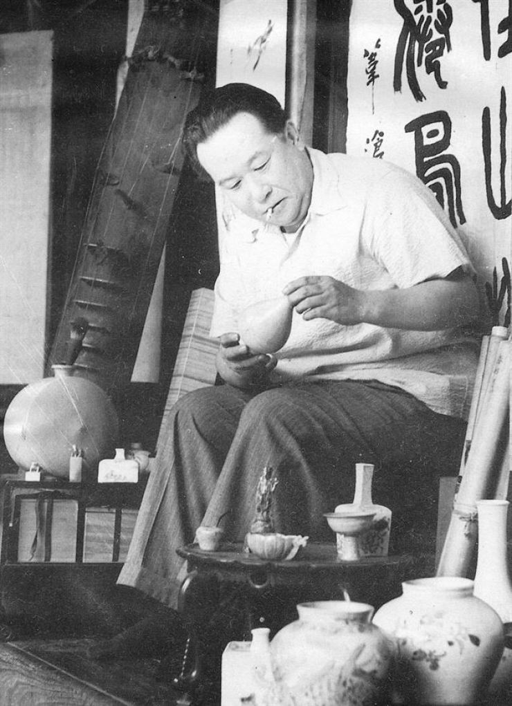 Jeon Hyeong-pil checks a pottery in this undated photo. / Courtesy of Kansong Art Museum